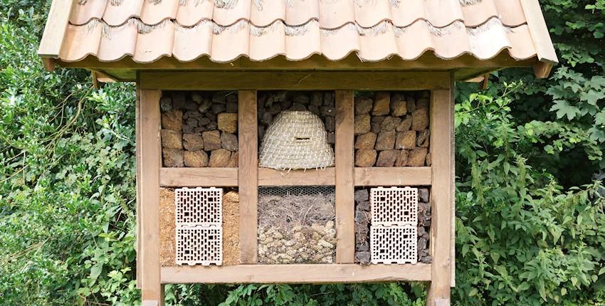 Großes Insektenhotel im Garten
