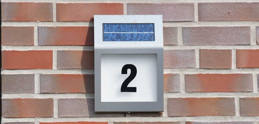 Hausnummer mit Solarleuchte