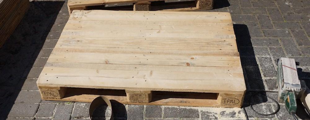 Holzpalette abgeschliffen mit einem Bandschleifer