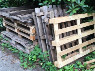 Holzpaletten gestapelt - Europaletten zum Bauen