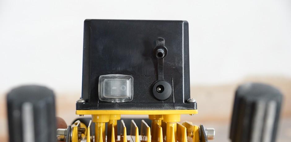 Schalter, Ladebuchse und Akku vom LED Baustrahler