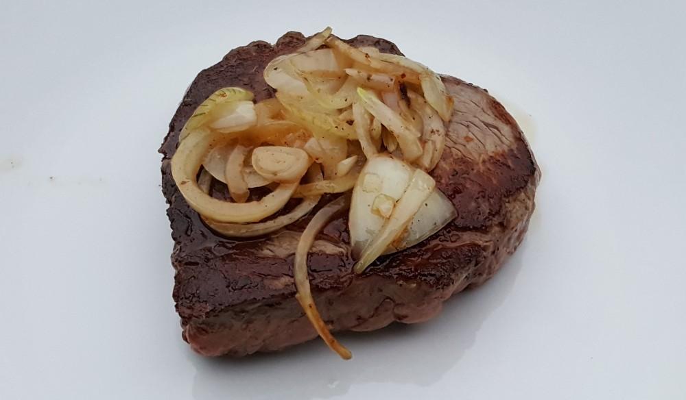 Filetsteak mit Zwiebel auf einem Teller