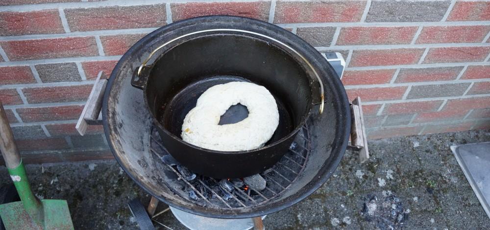 Hefeteig im Deluxe Dutch Oven von Camp Chef