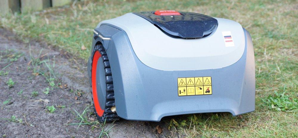 alko  Robolino 500 E fährt auf Rasenkante und Beetumradnung