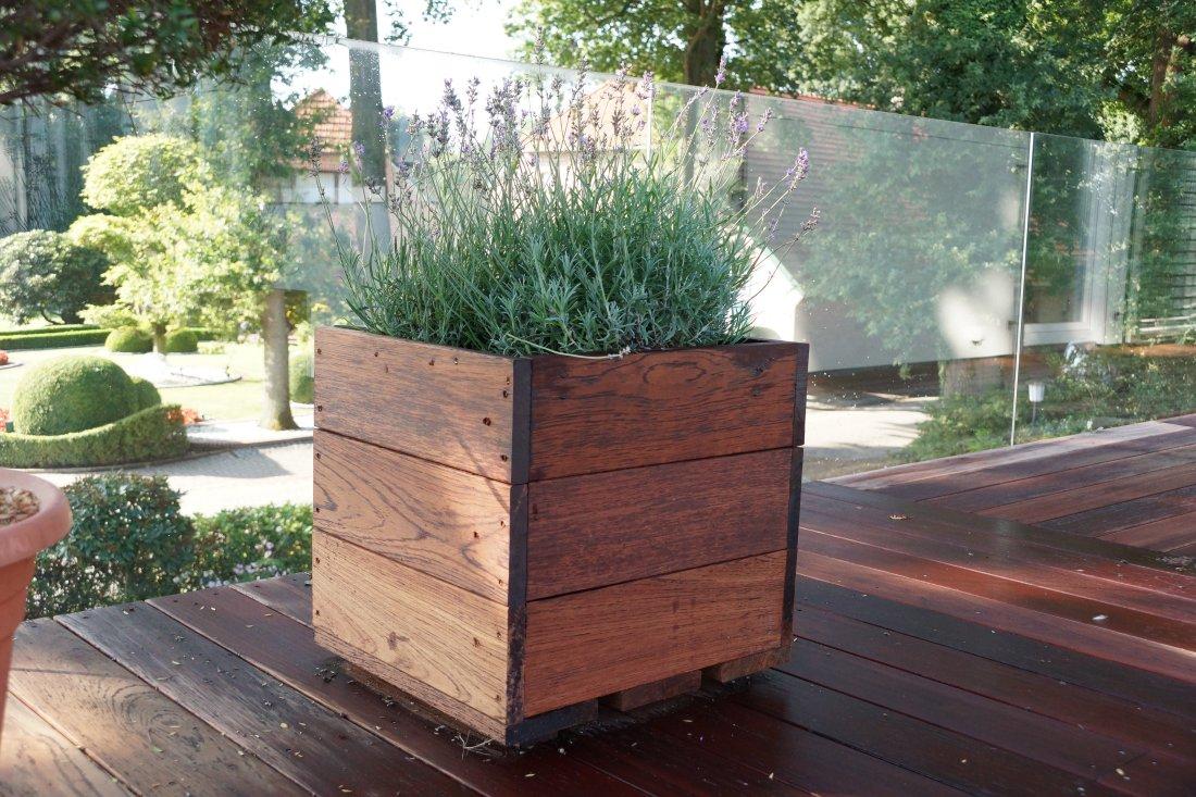 Pflanzkübel aus Holz auf Terrasse