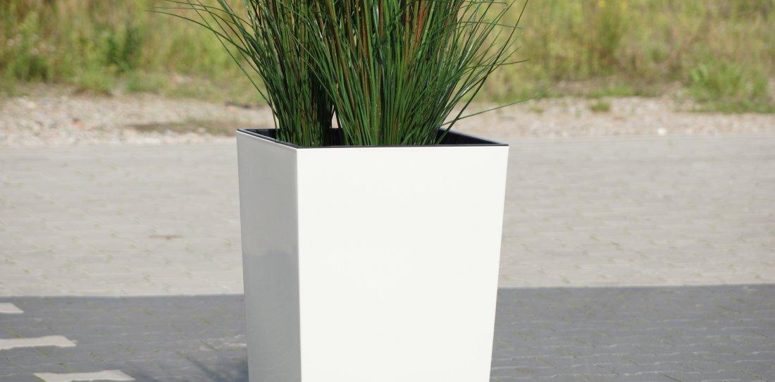 Weißer Pflanzkübel mit künstlichen Pflanzen in gross